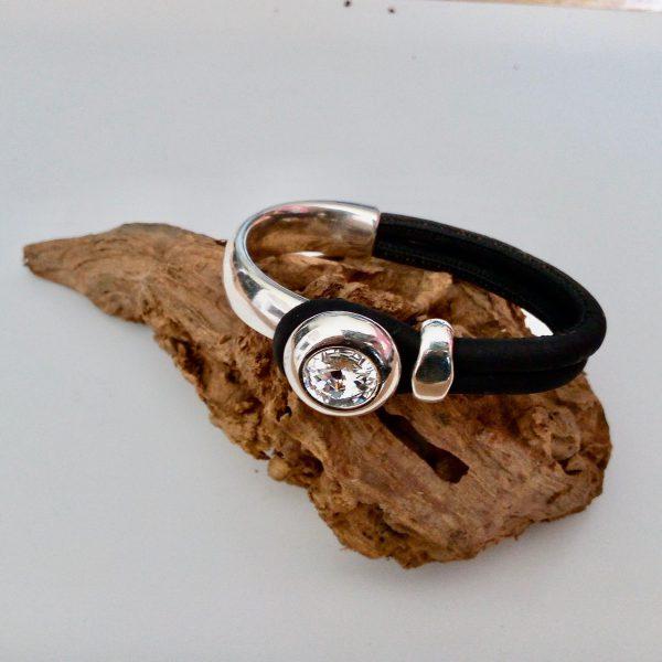 Armband mit silbernem Swarovski Bügel auf einem Stück Naturkork