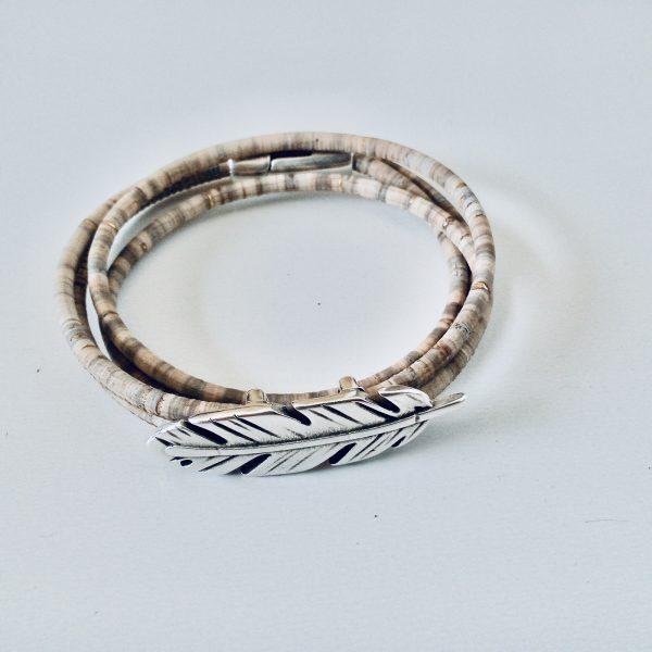 Naturfarbenes Armband aus Naturkork mit Federmotiv auf weißem Hintergrund