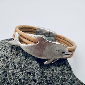Naturfarbenes Wal Armband auf weißem Hintergrund