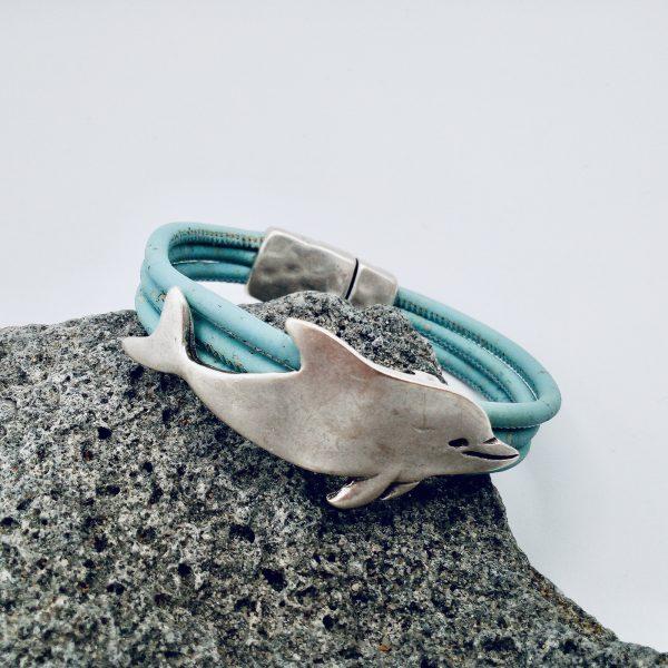 Hellblaues Delfin Armband auf weißem Hintergrund