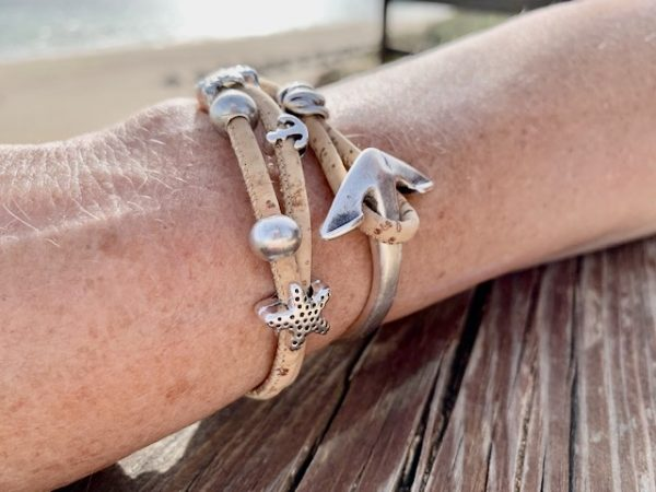 Naturfarbenes Armband mit Ankerverschluss mit sonnigem Strand im Hintergrund