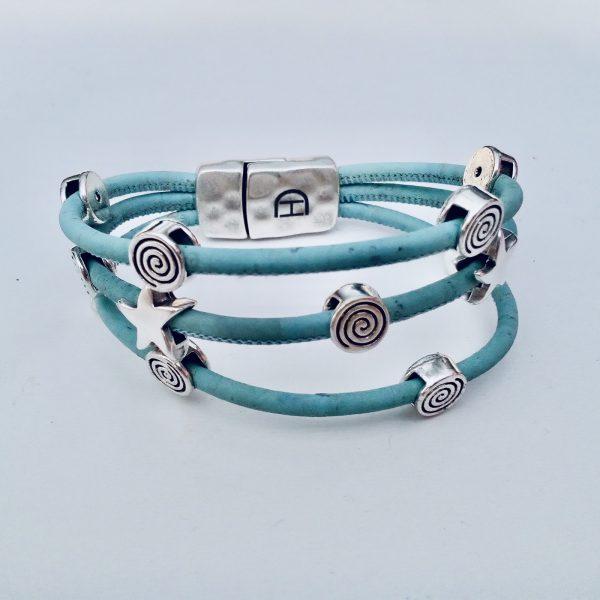 Hellblaues Korkarmband mit Spiral- und Seestern-Motiven aus Silber