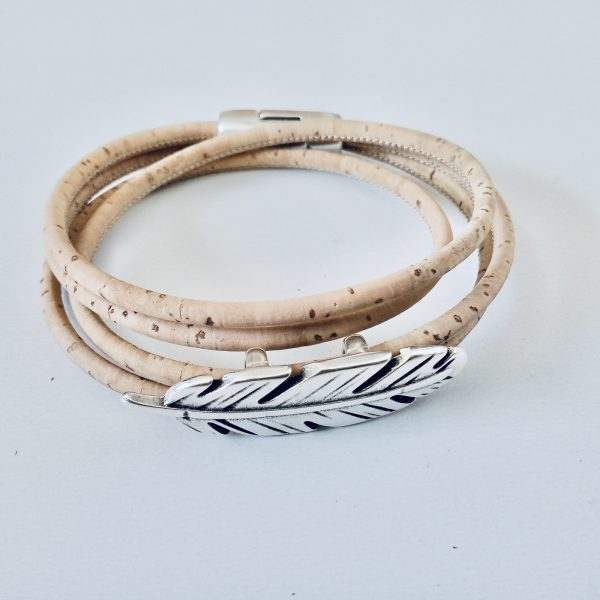 Naturfarbenes Armband aus Naturkork mit zierlichem Federslider auf hellem Hintergrund