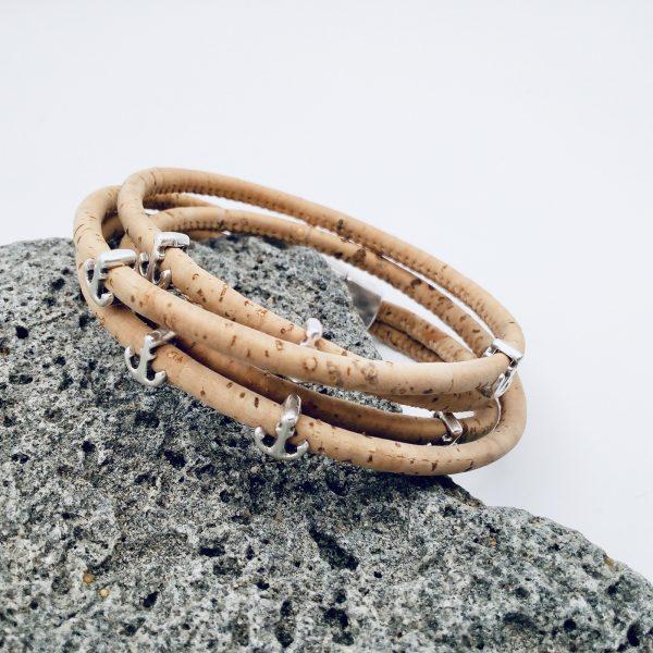Naturfarbenes Armband aus Naturkork mit silbernen Ankern auf hellem Hintergrund