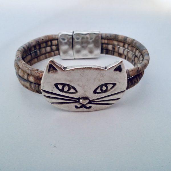 Grau-Meliertes Armband mit silbernem Katzen Motiv vor weißem Hintergrund