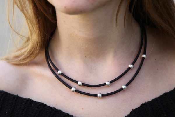 Schwarze Korkkette mit Silberbeads am Model getragen