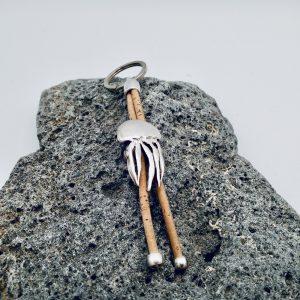 Naturfarbener Oktopus Schlüsselanhänger auf hellem Vulkanstein