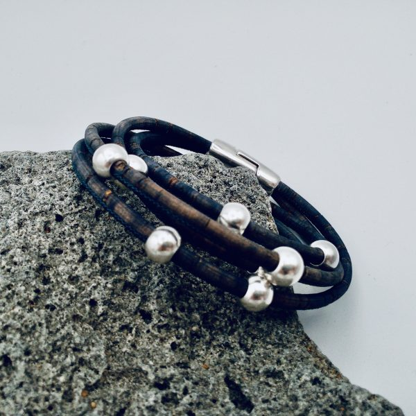 Silver Beads Doppelt Gewickeltes Armband auf hellem Stein