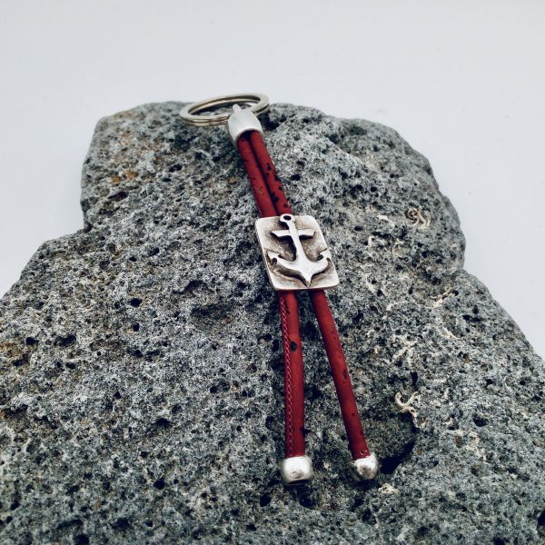 Roter Anker Schlüsselanhänger auf hellem Vulkanstein