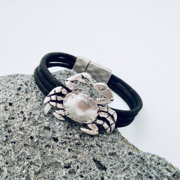 Braunes Armband mit Krebs Motiv auf weißem Hintergrund