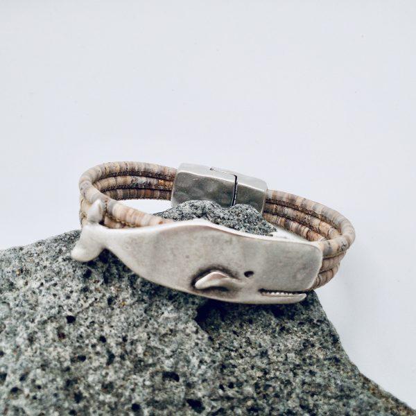 Grau-Meliertes Korkarmband mit Wal Motiv auf hellem Vulkanstein