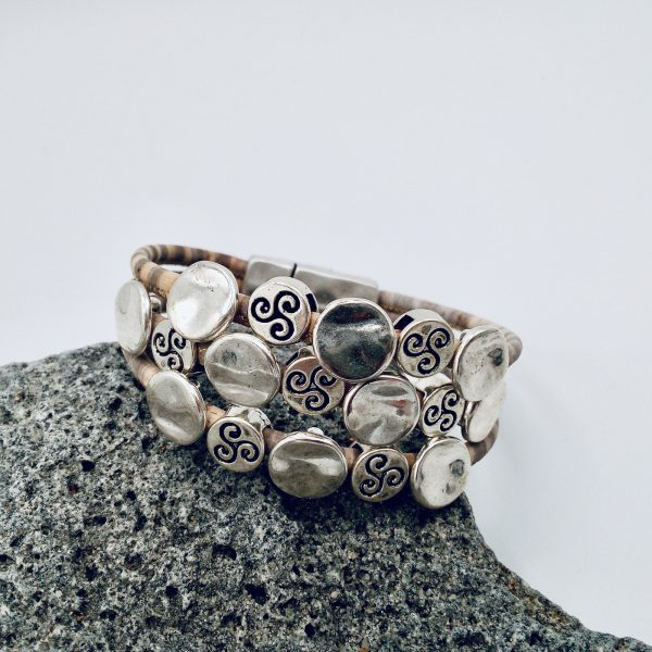 Grau-Meliertes Silberplättchen Armband auf einem hellen Vulkanstein