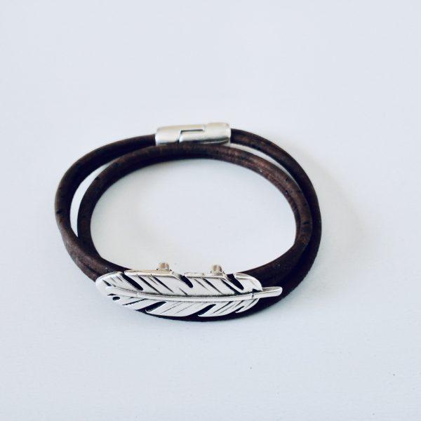 Braunes Armband aus Naturkork mit Federmotiv auf weißem Hintergrund