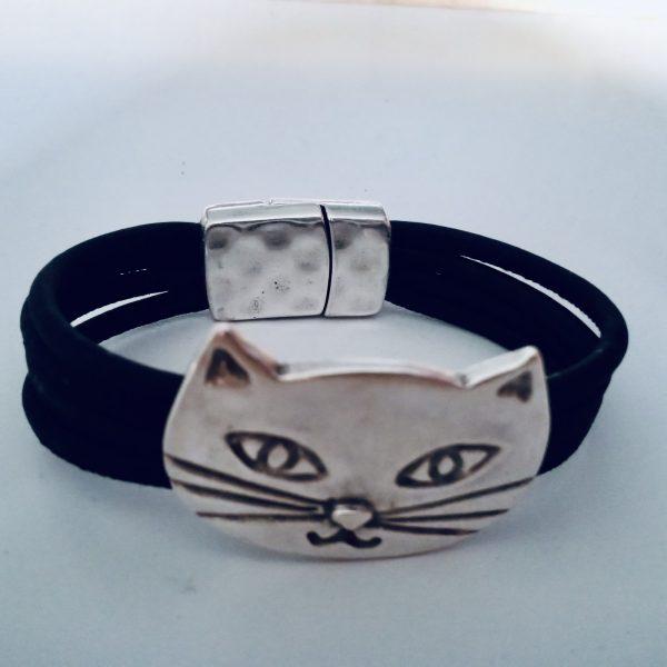Schwarzes Armband mit silbernem Katzen Motiv vor weißem Hintergrund