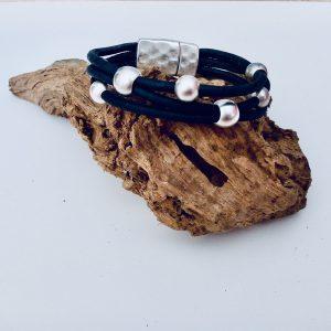 Dunkelblaues Korkarmband mit Silber Beads auf einem Stück Holz