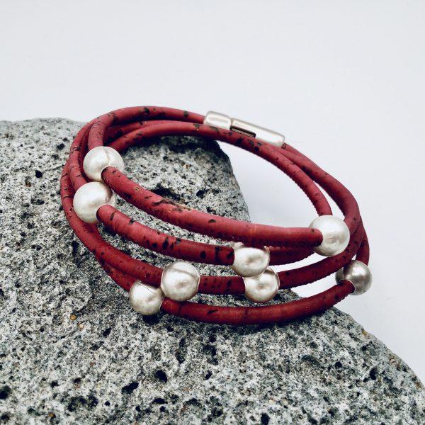 Rotes Armband aus Naturkork auf hellem Stein