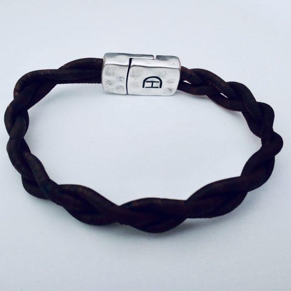 Schwarzes Korkarmband geflochten vor weißem Hintergrund