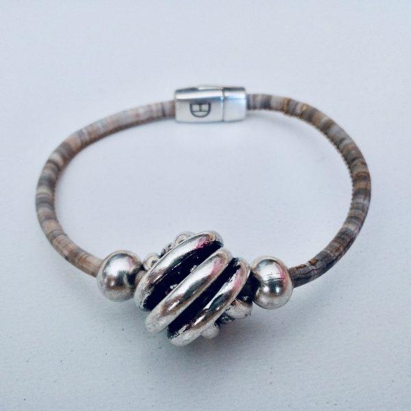 Grau-Meliertes Armband aus Naturkork mit großer Silberkugel vor hellem Hintergrund