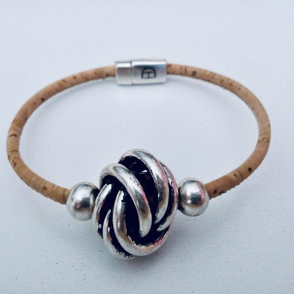 Naturfarbenes Armband aus Naturkork mit großer Silberkugel vor hellem Hintergrund