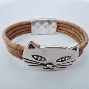 Naturfarbenes Armband mit silbernem Katzen Motiv vor weißem Hintergrund