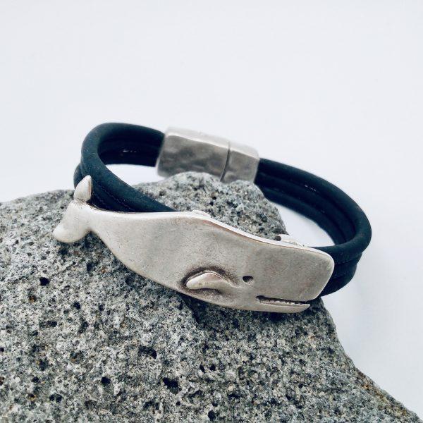 Dunkelblaues Korkarmband mit Wal Motiv auf hellem Vulkanstein