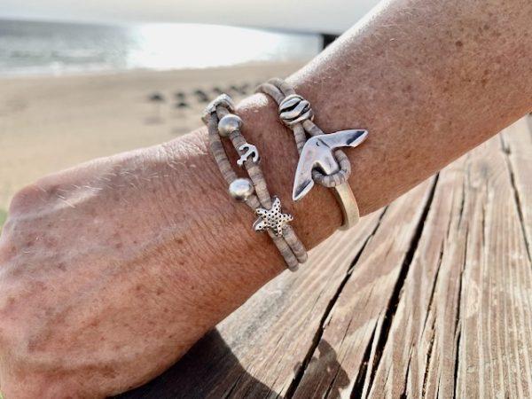 Grau-Meliertes Armband mit Ankerverschluss mit sonnigem Strand im Hintergrund