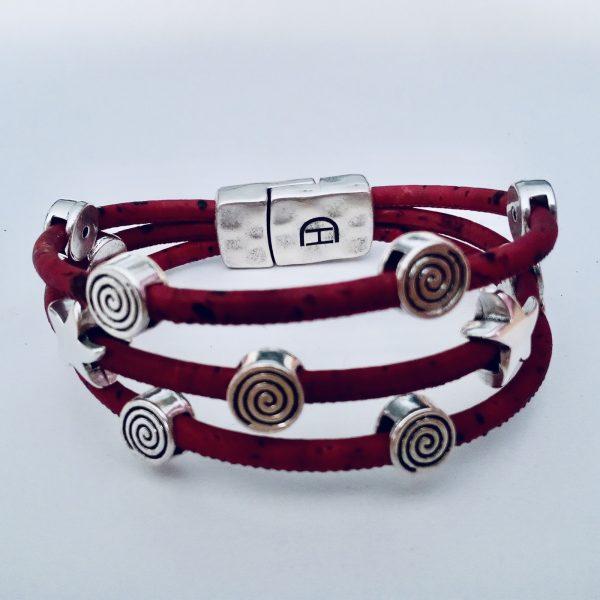 Rotes Korkarmband mit Spiral- und Seestern-Motiven aus Silber