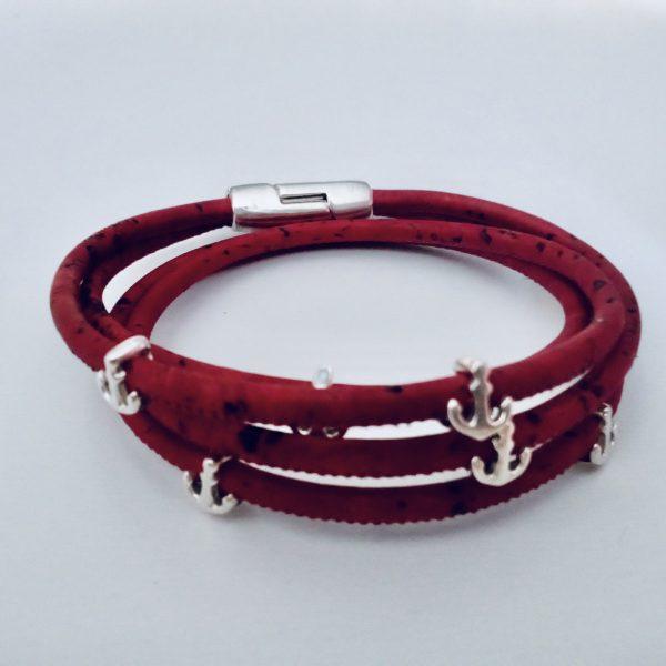 Rotes Armband aus Naturkork mit silbernen Ankern auf hellem Hintergrund