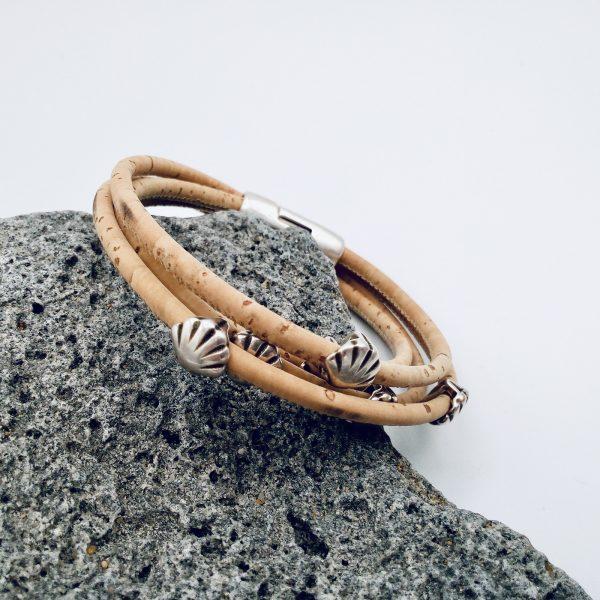 Naturfarbenes Armband mit Silber Muscheln auf hellem Hintergrund