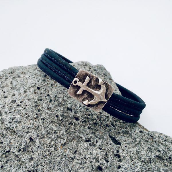 Dunkelblaues Anker Armband auf hellem Vullkanstein