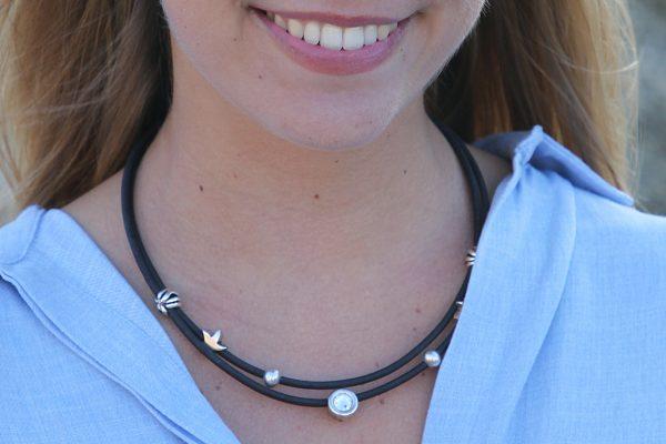 Schwarze Korkkette mit silbernen Seesternen und transparentem Swarovski Stein an Model getragen