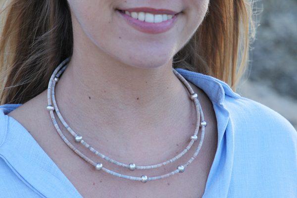 Grau-Melierte Korkkette mit Silberbeads von Model getragen am Strand