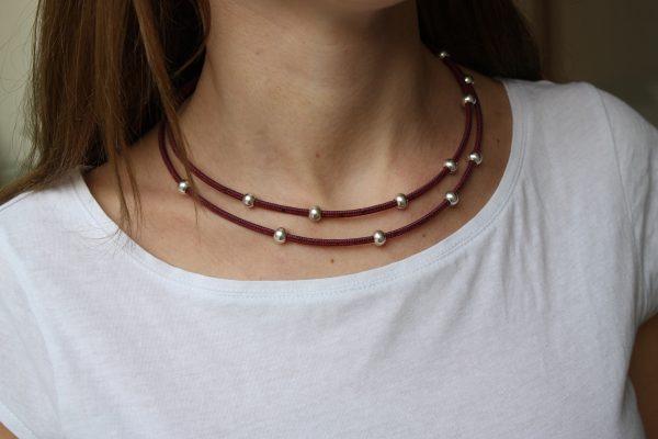 Rote Korkkette mit Silberbeads von Model getragen