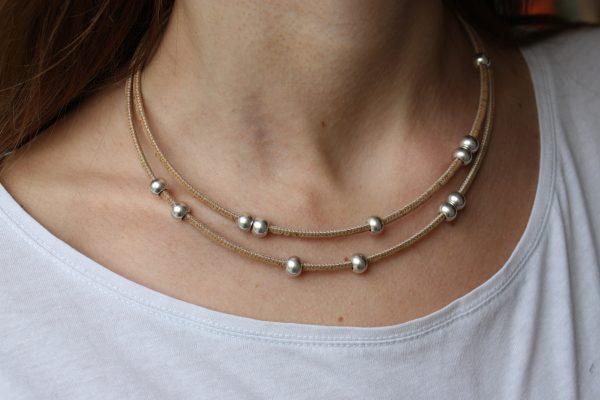 Naturfarbene Korkkette mit Silberbeads am Model getragen