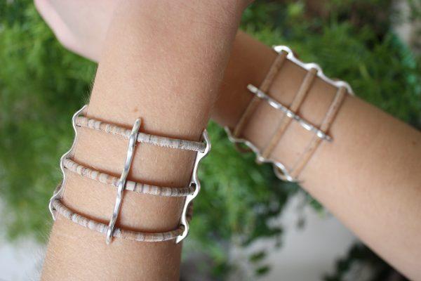 Helle Kork Armbänder mit Silber Steg getragen vor einem natürlichen Hintergrund