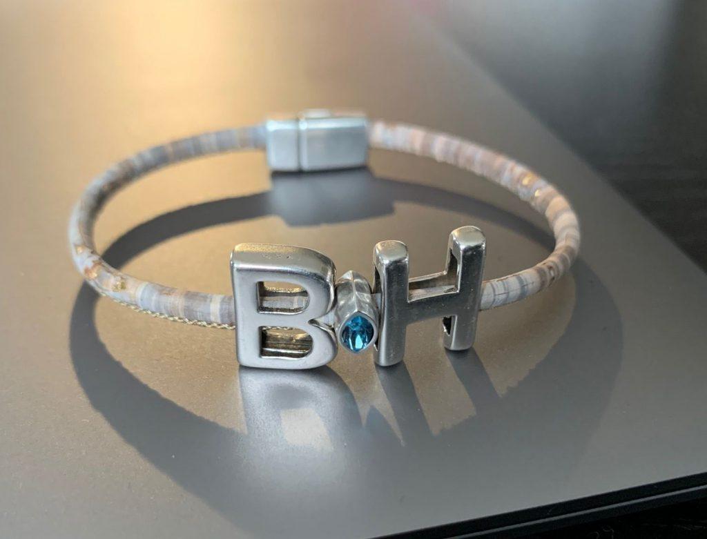 Individuell angepasstes Armband mit Swarovski Stein zum Selbst Designen auf silbernem Hintergrund