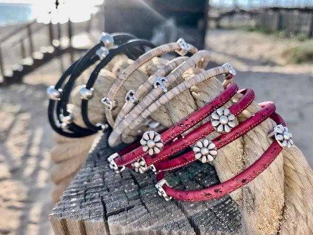 Kollektion doppelt gewickelt: Die elegant und sportlich gewickelten Korkarmbänder umschlingen Dein Handgelenk weich wie der warme Sand auf Deiner Haut an einem sonnigen Tag am Strand der Algarve.