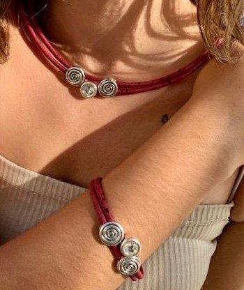 Frau mit roter Kette und rotem Armband aus der Swarovski Kollektion
