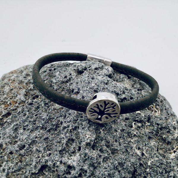 """Braunes """"Lebensbaum"""" Armband auf hellem Vulkanstein"""