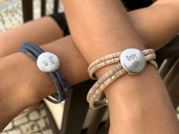 """Natürliche Korkarmbänder mit """"Enjoy Life"""" Motiv aus weichem Silber: Bring das Gefühl in deinen Alltag."""