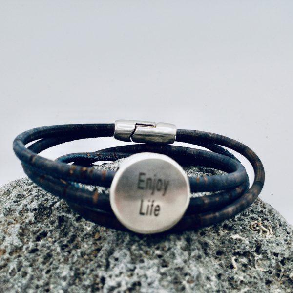 """Enjoy Life"" Armband auf hellem Vulkanstein"