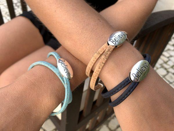 """Believe"" Armbänder in verschiedenen Farben getragen an Model"