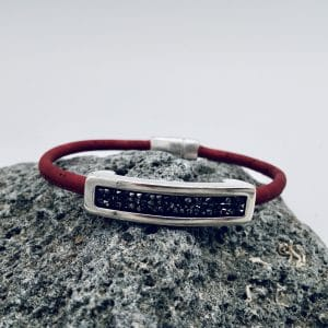 "Rotes ""Black Swarovski"" Armband auf grauem Stein"