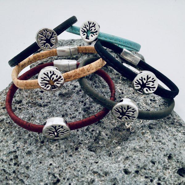 """""""Lebensbaum"""" Armbänder in verschiedenen Farben auf hellem Vulkanstein"""