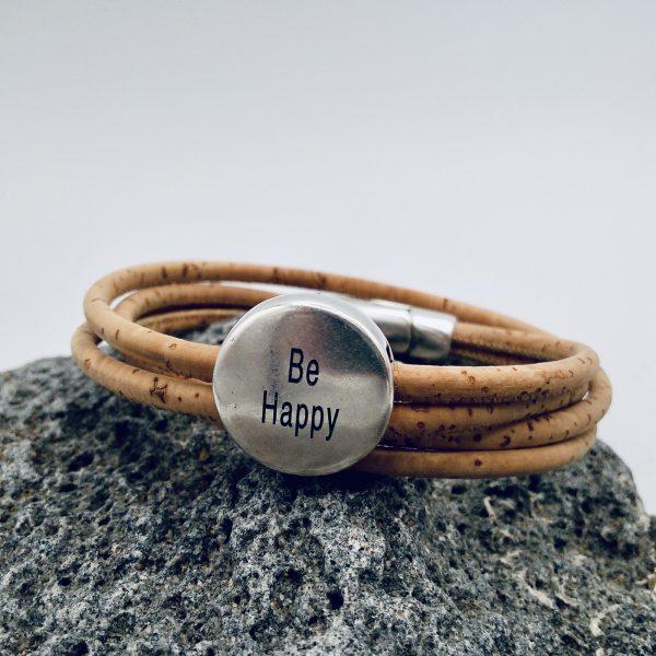 """Naturfarbenes """"Be Happy"""" Armband auf hellem Vulkanstein"""