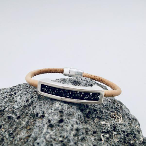 "Naturfarbenes ""Black Swarovski"" Armband auf grauem Stein"