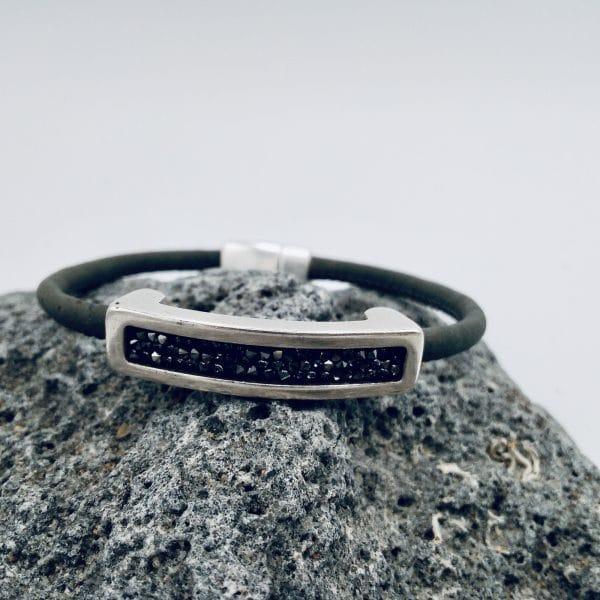 """Black Swarovski"" Armband auf grauem Stein"