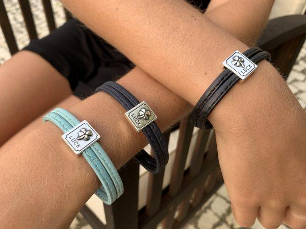 """Unsere """"Lucky"""" Armbänder: Hol dir das Glück mit weichem Naturkork an deinen Arm. Armbänder aus Naturkork mit Silberplatten in Kleeblatt Optik"""