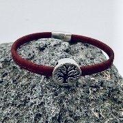 """Rotes """"Lebensbaum"""" Armband auf grauem Vulkanstein"""