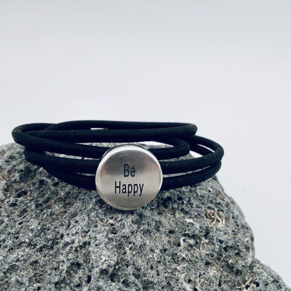 """Schwarzes """"Be Happy"""" Armband auf hellem Vulkanstein"""